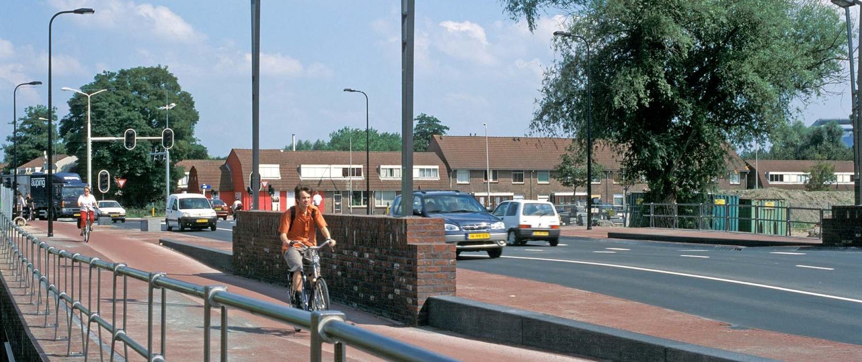 fietser op brug in Kazernestraat Deventer 2007