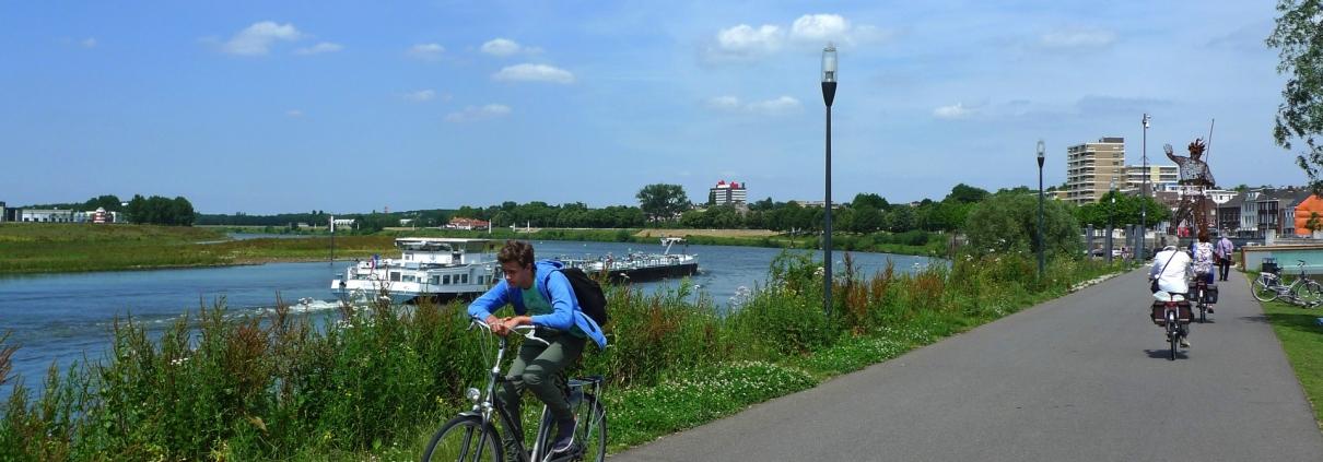 fietsers langs de Maas bij Venlo